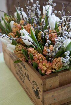 composition florale de tulipes blanches, jacinthes et saule de chat