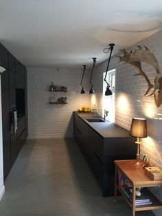Black kitchen Metrotiles Sort køkken med metrofliser Black Kitchens, Home Kitchens, New Kitchen, Kitchen Dining, Lampe Gras, Industrial Design Furniture, Rustic Home Interiors, Kitchen Stories, Küchen Design