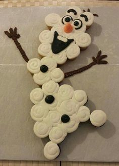 OLAF CUPCAKE CAKE....such a cute & easy to make idea for your little Frozen fans!  Featured on our BEST Pull-Apart Cake Ideas!  http://kitchenfunwithmy3sons.com/2016/04/best-cupcake-cake-ideas.html/