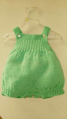 Foto. Buena idea.                                                                                                                                                                                 Más Crochet For Boys, Knitting For Kids, Baby Knitting Patterns, Knit Crochet, Knitted Baby Clothes, Knitted Romper, Romper Pattern, Baby Pants, Baby Sweaters