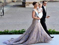La princesa Victoria de Suecia, con vestido rosado en organza da seda con capas de tul teñidas a manos, junto a Daniel Westling y la princesa Estelle