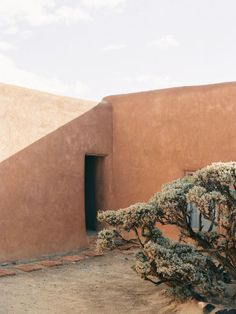 justinchungstudio Georgia OKeeffes house for Cereal Magazine. Abiquiu New Mexico. via hemingsways Magazine Cereal, Desert Aesthetic, A Well Traveled Woman, Georgia O Keeffe, Interior Exterior, Architectural Digest, Wabi Sabi, Garden Design, Beautiful Places