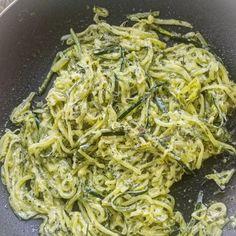 Vegetable Pasta Recipes, Zoodle Recipes, Healthy Pasta Recipes, Spinach Recipes, Healthy Pastas, Pesto Zoodles, Creamy Pesto Pasta, Low Calorie Pasta, Low Calorie Recipes