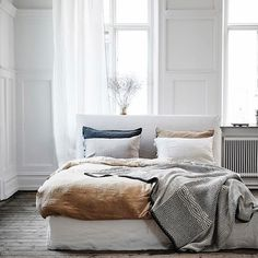 Discover the range of colours and the softness of Caravane's linen. Fall asleep, fall in love! #artillerietstore #artilleriet #caravane #linen