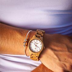 Die Barrique Damenuhr Rosé begeistert mit einem weiß- und rosefarbenen Ziffernblatt, das die Uhr feminin und harmonisch wirken lässt. Wie der Rosé Wein, ist auch diese Holzarmbanduhr leicht und schmeichelt ihrer Trägerin. Das Barrique Eichenfass wurde viele Jahre zur Weinreifung in Frankreich und in weiterer Folge in Österreich verwendet. Neuerdings wird es zu edlen unglaublich schönen Meisterwerken fürs Handgelenk weiterverarbeitet. Wooden Watch, Rose, Feminine, Watches, Lady, Accessories, Wine Cask, Bracelet Watch, Nice Asses