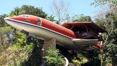 Hotéis - Costa Verde, Costa Rica O Boeing 727, localizado na Costa Rica, a apenas 1 KM do Parque Nacional Manuel Antonio em Quepos, é a suíte de um famoso hotel de luxo, onde você pode passar as suas férias.  A aeronave foi convertida em uma aconchegante suíte composta por dois quartos, uma sala de jantar e sala de estar, e um pequeno observatório, onde você poderá ficar horas admirando a beleza natural que adorna a selva. Você pode fazer a sua reserva, pagando US $ 250 por noite.