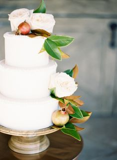 Love this elegant wedding Cake with Foliage!