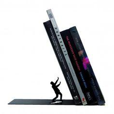 Geschenkidee für Bücherratten: Buchstütze Falling Bookend für 17,95 € bei www.radbag.de
