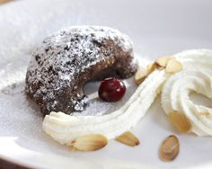Delicious chocolate cake with wipped cream - Mehevä suklaakakku kruunataan kermavaahdolla, resepti – Ruoka.fi