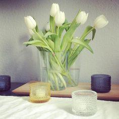 iittala Kastehelmi tealights and Aalto vases make for a beautiful arrangement. Alvar Aalto, Finland, Tea Lights, Vases, Beautiful Homes, Glass Vase, Candle Holders, Candles, Flowers
