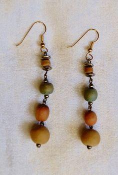 Oorbellen met gekleurde houten en gouden kraaltjes lichtgewicht -  O7 - 1 pair of light weight earrings with colored beads