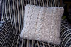 Receita em inglês: aqui. Criação e Foto: Emma Folds  Tradução: Blog By Day  Material:  - Aproximadamente 250g de lã, use fio Merino da Coats...