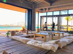 沖縄には実はたくさんのおしゃれなカフェがあるんです。今回紹介するカフェ「The Junglila Cafe and Restaurant」はとっても居心地の良い海に面したカフェ。なんと店内のカウンター席がブランコになっており、砂浜の上でブランコに揺れることができるんです。これから沖縄に行く方必見のスポットですよ。