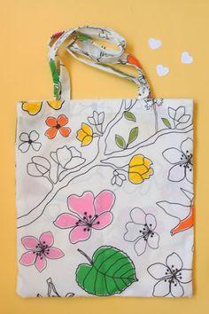 TUTORIAL - BOLSA DE TELA PARA EL VERANO Sewing Crafts, Sewing Projects, Sewing Hacks, Quilted Tote Bags, Reusable Tote Bags, Painted Bags, Diy Bags Purses, Jute Bags, Craft Bags