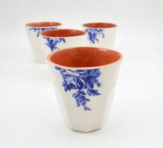 Ces tasses en céramique ont été barbotine dargile cuite, décorés avec une surface blanche contrastante et illustrations florales vintage et fini