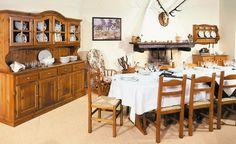 WWW.MOBILIFICIOMAIERON.IT  - 0433775330. Soggiorno rustico o taverna in legno massello color miele Spedizioni in tutta italia con la massima serietà