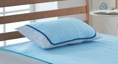 """冷感睡眠パッド「ICEMAX® COOL」と一緒に使うと、より効果的な枕パッド。寝苦しさの原因は、身体から出る熱と湿気が寝具にこもるため。この二つをすばやく放出し、パッド表面がドライな状態を保つことが重要です。ICEMAX® COOL は、熱を発散しやすく、ひんやり感が長続きするスーパー冷感繊維""""イザナス""""を採用。紡績業の名門・東洋紡が開発したこの繊維は、綿や麻、ポリエステルなどに比べて熱の発散スピードが早く、熱がこもりません。肌と接触したときに感じる冷たさは、他の素材より約2倍高いことも実証済み。まるで、いつも洗いたてのシーツの上に寝ているような、ひんやりとした寝心地です。【図1】他の素材と比較して、熱の発散スピード(=熱流速度)が速いため、触れた瞬間ひんやり【図2】サーモグラフィーでも、熱の発散スピードが速いことがわかる(手を離してから20秒後の生地の温度を比較測定)さらに、身体から出た湿気をいったん吸収した後スムーズに逃がす「呼吸する繊維」と呼ばれる""""ベンベルグ""""と組み合わせることで、ムレ感まで解消。体感温度だけでなく体感湿度も下げることで、心地よい眠りに導きま..."""