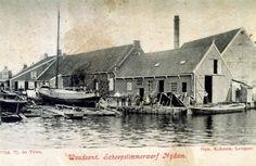 Scheepstimmerloods met links de helling. Op de achtergrond loods en de hoge pijp van de olieslagerij van S. en T. Heeg. Uitgever Tj. de Vries.