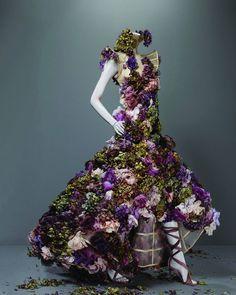 Vístete de flores ... y deja siempre aroma y pétalos en tú camino!! #holaprimavera #vestidodeflores #hellospring #flowersdress #fashiongirl #inspiration #mcqueen #dress