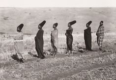 'Six wives of Mseuteu Zulu with blankets around their bodies looking left to the horizon' from the Duggan-Cronin Collection, McGregor Museum, Kimberley, South Africa. African Tribes, African Women, African Art, African Culture, African History, Zulu Women, Afro, Arte Tribal, Out Of Africa