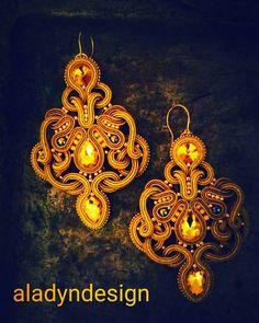 Zdjęcie bardziej dla zabawy, zrobione w ciemnościach. Kolczyki świeżo skończone. Postaram się w najbliższym czasie o dobre zdjęcie, ale takie mroczne też fajne? #goodevening #goodeveningworld #dobrywieczór #earrings #kolczykisutasz #kolczyki #soutache #sutasz #fashion #moda #gold #yellow #glass #beauty #haft #soutacheearrings #embroidery #handmadejewelry #rękodzieło #handmade #art #iloveinstagram #instagram #insta #loveinsta #photo #czestochowacity #częstochowa
