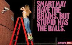 """La """"prohibida"""" publicidad de moda que no se olvida Diesel Una mujer mostrando el pecho bajo el slogan """"El inteligente posiblemente tiene cerebro, pero el estúpido tiene pelotas"""""""