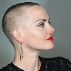 - Head shave and Buzz cuts - raspel Undercut Hairstyles Women, Straight Hairstyles, Undercut Pixie, Shaved Hairstyles, Buzz Cut Women, Buzz Cuts, Cut Her Hair, Hair Cuts, Buzzcut Girl