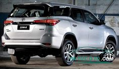 Phần đuôi xe Toyota Fortuner 2017 không chỉ cho người đối diện cảm giác bề thế mà còn mang đến sự tinh tế