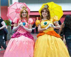 Princesses Peach and Daisy from Super Mario. Princess Daisy Costume, Princess Leia, Cool Costumes, Cosplay Costumes, Cosplay Ideas, Costume Ideas, Mario Cosplay, Mario Costume, Halloween Cosplay