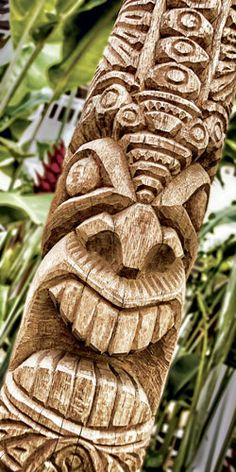 Daniel Lane via MidWeek Kauai Tiki Hawaii, Hawaiian Tiki, Aloha Hawaii, Tree Carving, Wood Carving Art, Tiki Man, Tiki Tiki, Tiki Statues, Tiki Totem