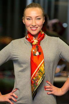 Анна Сливко (Radical Chic) показала«Леди Mail.Ru»несколько простыхспособовзавязать платок, чтобы отлично выглядеть в офисе или по дороге на работу.