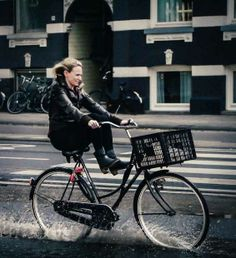 """Fashion photographer Bill Cunningham once said """"when it rains, it's a whole different scene."""" This holds true even when riding a bicycle. Cycling Girls, Cycle Chic, Bike Style, Holland, Looks Great, Bill Cunningham, Stylish, Bicycles, Cyclists"""