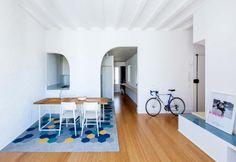 Living a pianta aperta nell'appartamento a Barcellona riqualificato dallo studio…