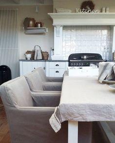 Ik ben druk bezig met het maken van het ontbijt van onze gasten. Ondertussen toch even een foto  van mijn nieuwe stoelen met losse (lees: wasbare hoezen). Een hele mooie woensdag voor iedereen! #potstal #eetkamerstoelen #ontbijt #breakfast #kitchen #mykitchen #lacuisine #home #myhome #interieur #interior #landelijkesfeer #styling #landelijk