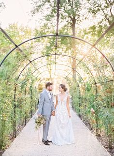 Gorgeously minimalist yet chic perfume inspired bridal photoshoot in France. #outdoorweddingphotos #outdoorweddingideas #organicweddings