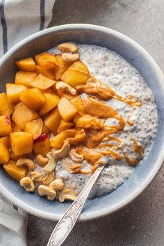 This apple pie coconut chia pudding recipe makes a delicious cosy breakfast. Vegan gluten-free dairy-free and super easy to make. The post Apple Pie Coconut Chia Pudding (Vegan Gluten-free) appeared first on Dessert Factory. Healthy Vegan Breakfast, Healthy Snacks, Apple Breakfast, Breakfast Ideas, Sweet Potato Breakfast, Healthy Cookies, Breakfast Bowls, Healthy Life, Chia Pudding Vegan