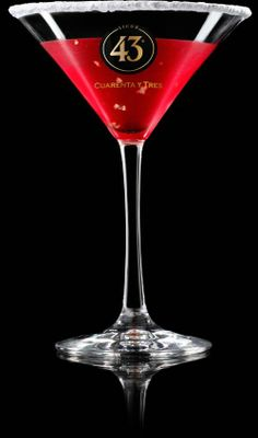 Learn how to make the Cranberry a sweet and lightly spiced cocktail flavoured with cranberries and cinnamon liqueur. It's easier than it looks. Wine Cocktails, Summer Cocktails, Cocktail Drinks, Alcoholic Drinks, Beverages, Ginger Ale, Citrus Juice, Drink Specials, Cranberry Juice