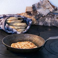Svensk glödkaka, gräddad i stekpanna. Swedish (NOT Saami) flatbread, glödkaka, made on the top of a stove.