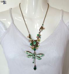 Emeraldyne - Collier bohème mi long et sa grande libellule aux nuances vert émeraude - Boho necklace with a nice emerald dragonfly and crystal by TaliBellule