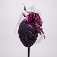 Flores y tul una combinación sofisticada y elegante. Y si además lo eliges en berenjena conseguirás el toque perfecto para boda o evento