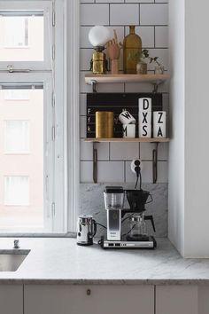 De petites étagères décoratives dans la cuisine