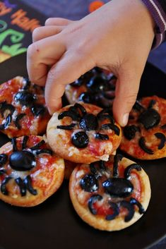 Spider pizzas pour Halloween - That's Amore! Halloween Pas Cher, Halloween Apps, Halloween Drinks, Halloween Cupcakes, Halloween Treats, Halloween Party, Fall Halloween, Hallowen Food, Halloween Door Decorations