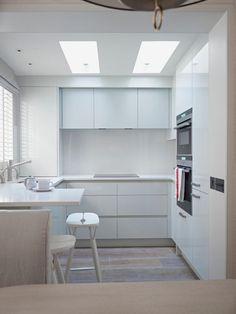 kleine Küche in pur weiß mit U-Form