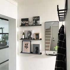 5 eenvoudige tips om je hal op te frissen - Alles om van je huis je Thuis te maken   HomeDeco.nl Entry Hallway, Awesome Bedrooms, Floating Shelves, Small Spaces, Home Improvement, Bookcase, Gallery Wall, Living Room, Interior