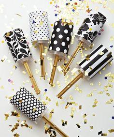 Gold and black party poppers. Hvor får man mon fat i de der push poppere? Ebay?