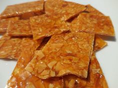 Nougatine is a delicious nut toffee: caramel mixed with toasted flaked almonds. Not a dessert in itself, it is often used to decorate cakes and pastries. But those who enjoy good things are sure to want to eat it on its own! Sweet Recipes, Snack Recipes, Snacks, Dessert Recipes, Oatmeal Cake, British Baking, Oreo Cake, Toasted Almonds, Vegan Recipes