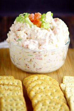 Salty, crispy bacon and zesty tomatoes in a creamy dip - Easy BLT Dip recipe. Salty, crispy bacon and zesty tomatoes in a creamy dip make this BLT Dip recip - Appetizer Dips, Yummy Appetizers, Appetizer Recipes, Snack Recipes, Cooking Recipes, Blt Dip Recipes, Tapas, Catering, Gourmet