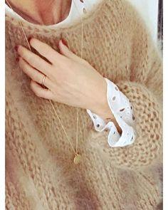 Bon dimanche tout doux ☃️..mes IG.. Laine #lilisonge Top #zara sautoir @by_xou #toutdoux #photodujour #handmade #faitavecamour #faitmain #mohair #mohairsweater #pulltoutdoux #cocooningtime #momentdouceur #boheme #boho #dentelle#dimanchematin #bondimanche #outfitpost #detailshot