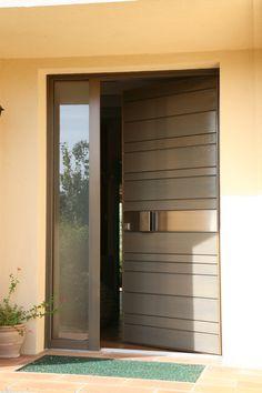 Porte d'entrée en bois red cedar Nativ 2 de Zilten, entrouverte.
