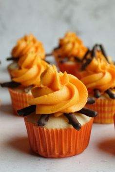 How to Make Cute Campfire Cupcakes - Modern Summer Desserts, Easy Desserts, Summer Food, Delicious Desserts, Campfire Cupcakes, Camp Cupcakes, Camp Cake, Summer Themed Cupcakes, Lumberjack Cupcakes